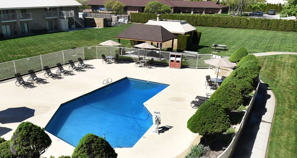Best Western Plus Ahtanum Inn - Our outdoor enclosed courtyard area features barbecue units, seasonal covered picnic areas, a seasonal outdoor pool, and spacious lawn area.