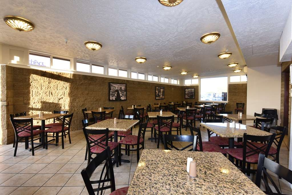 Best Western Plus Ahtanum Inn - Enjoy a full hot breakfast each morning in our beautiful breakfast area!