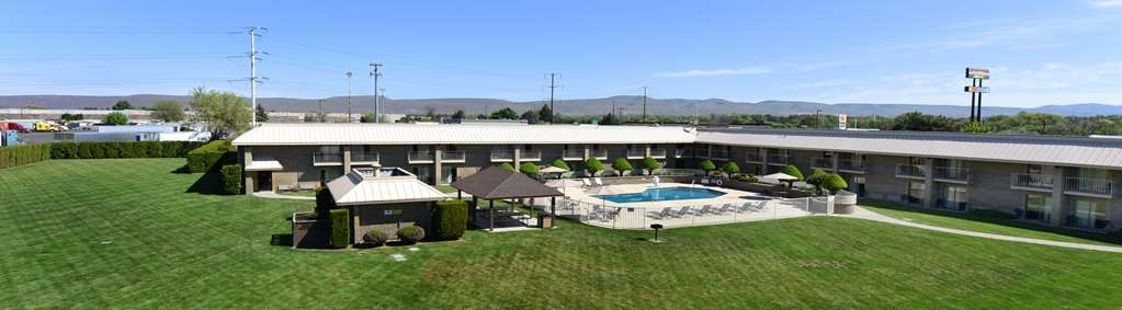 Best Western Plus Ahtanum Inn - Our spacious and enclosed pool & courtyard area.