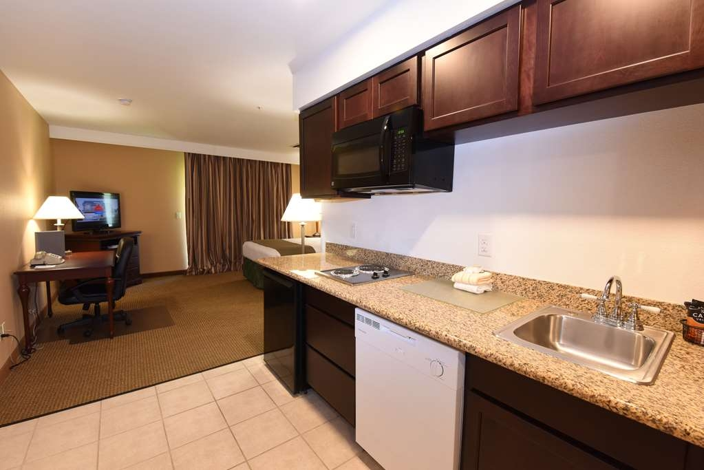 Best Western Plus Ahtanum Inn - Our luxury suites feature a full kitchen, making this a perfect choice for extended stay guests, families or business travelers!