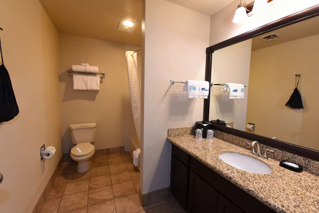 Best Western Plus Ahtanum Inn - Our deluxe family suite bathrooms feature granite counter-tops.