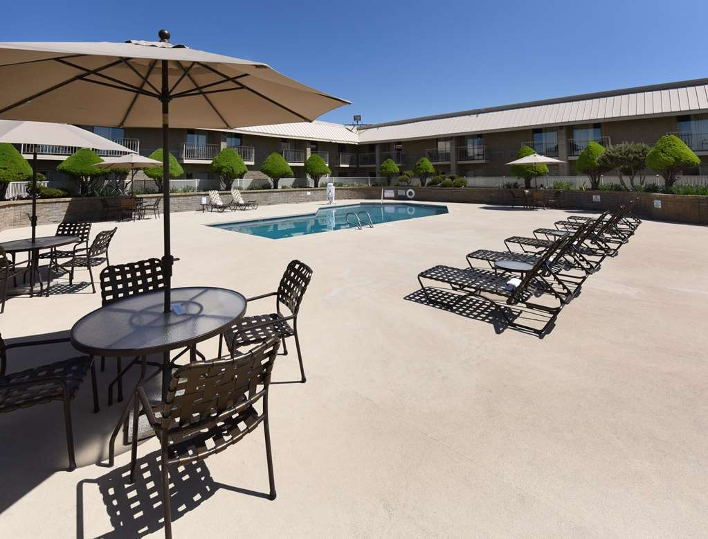 Best Western Plus Ahtanum Inn - Relax by the pool.