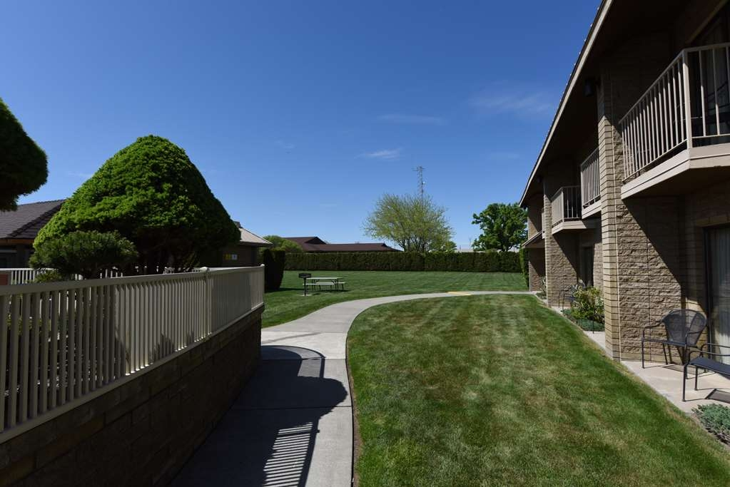 Best Western Plus Ahtanum Inn - Grass courtyard area. Great for family & group fun!