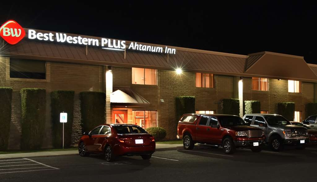 Best Western Plus Ahtanum Inn - Nighttime view of the Best Western Plus Ahtanum Inn.