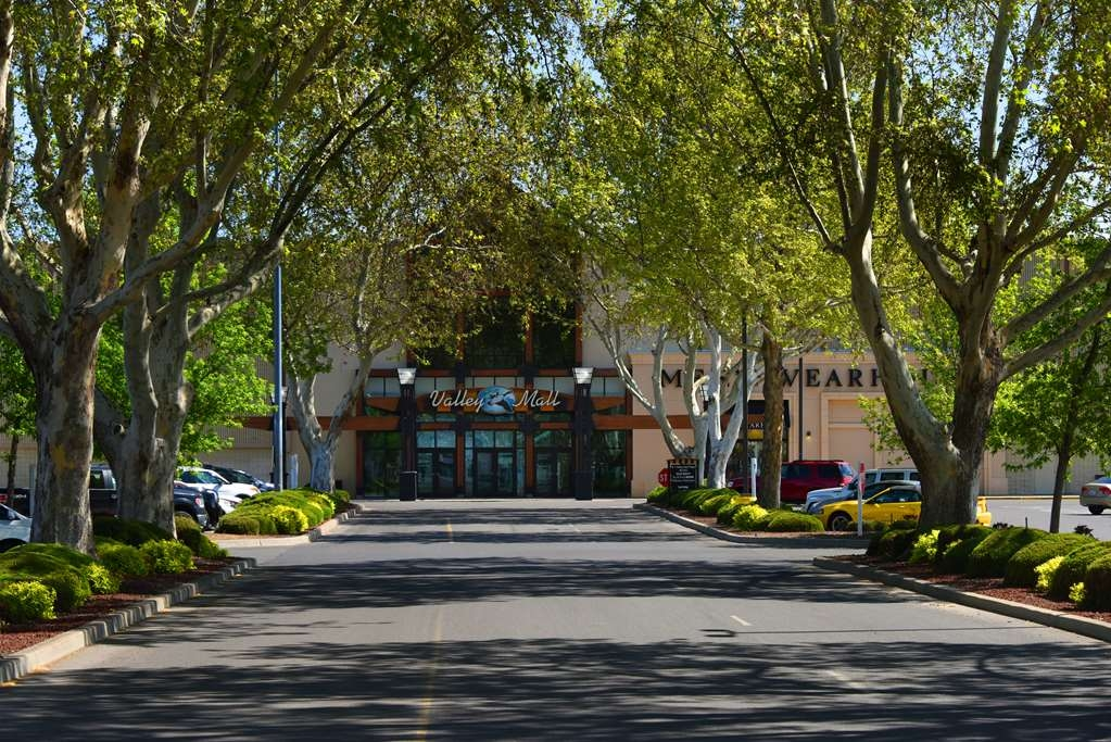 Best Western Plus Ahtanum Inn - Within walking distance of the Regional Valley Mall Shopping Center.
