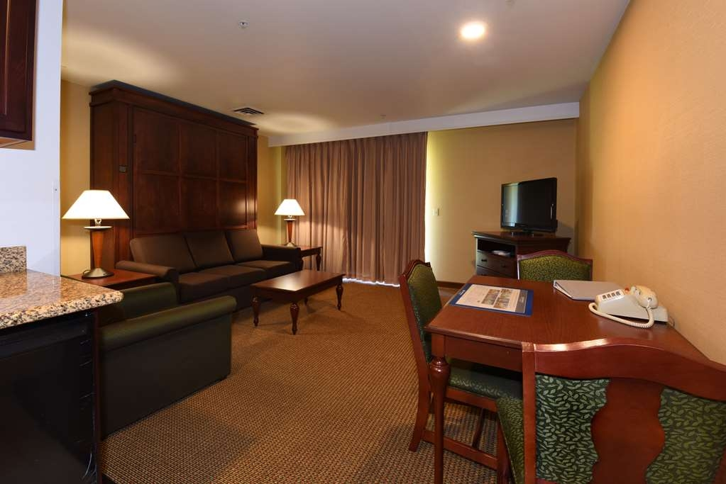 Best Western Plus Ahtanum Inn - Our luxury double queen suites also feature a Eurobed, two televisions and a spacious living room area.