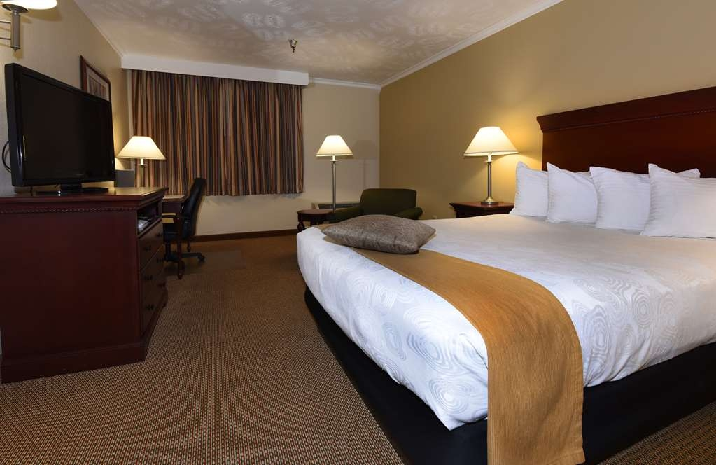Best Western Plus Ahtanum Inn - Our queen guest rooms feature a queen size bed, lounge chair, work desk, microwave, refrigerator and a 37-inch flat screen LCD television.