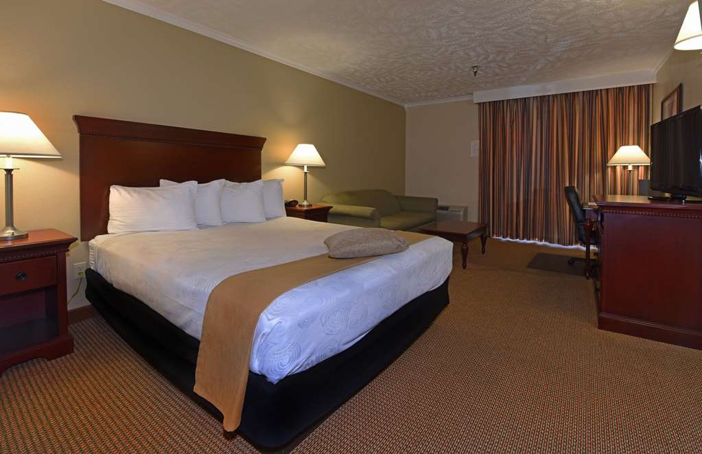 Best Western Plus Ahtanum Inn - Our queen sofa guest rooms feature a queen size bed, a sofa bed, microwave, refrigerator and a 37-inch flat screen LCD television.