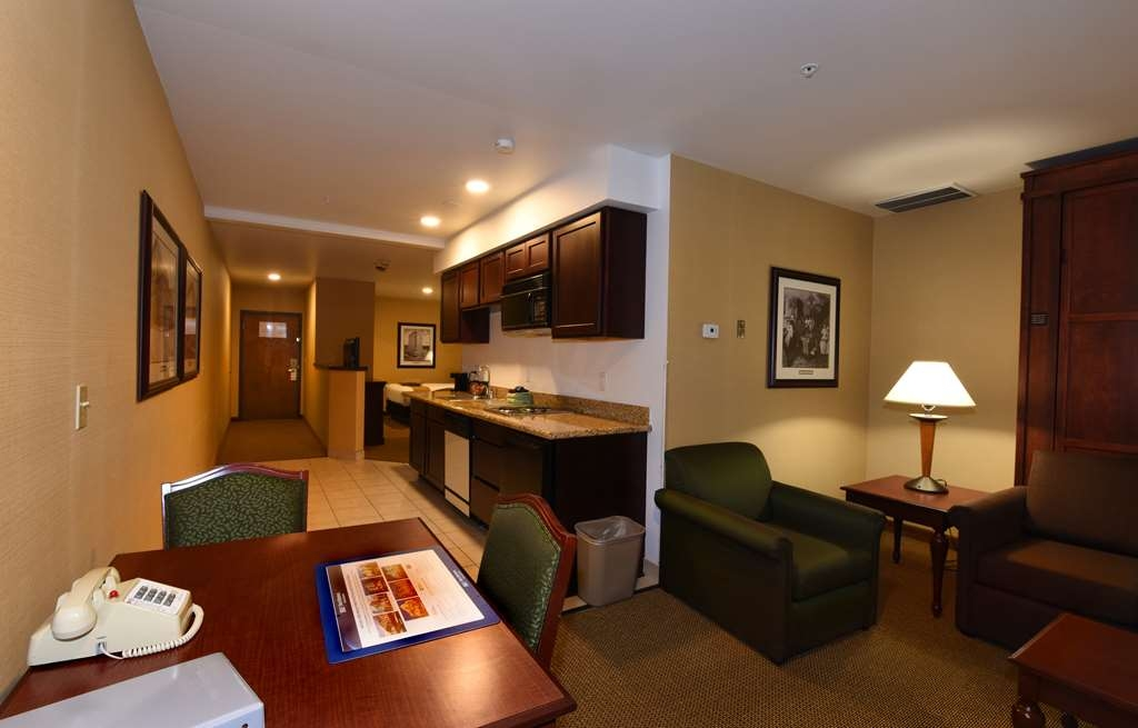 Best Western Plus Ahtanum Inn - Our luxury double queen suites feature two queen beds, Eurobed, full kitchen, courtyard view and 700 square feet of space.