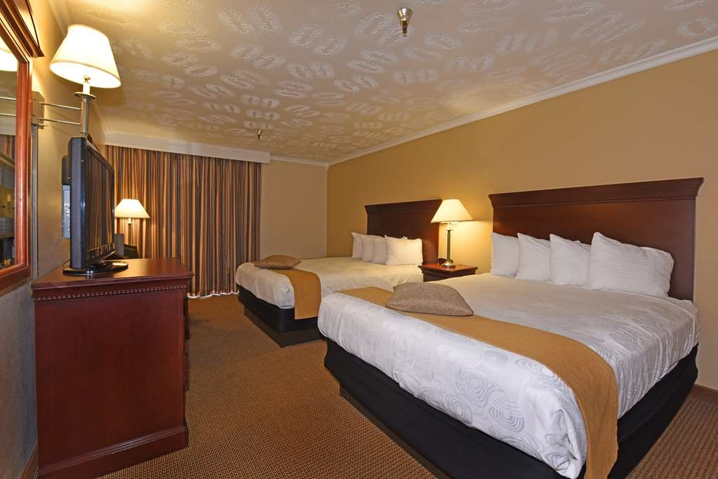 Best Western Plus Ahtanum Inn - Our double queen guest rooms feature two queen beds, microwave, refrigerator and flat screen television.