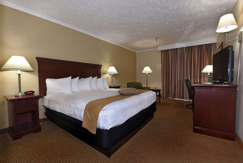 Best Western Plus Ahtanum Inn - Each of our single king or queen guest rooms include a desk and office chair.