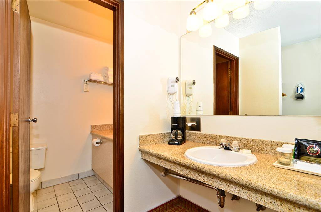 Best Western Chieftain Inn - Our bathrooms are always spotless!
