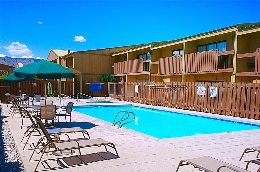 Best Western Chieftain Inn - Cool down in our outdoor pool.
