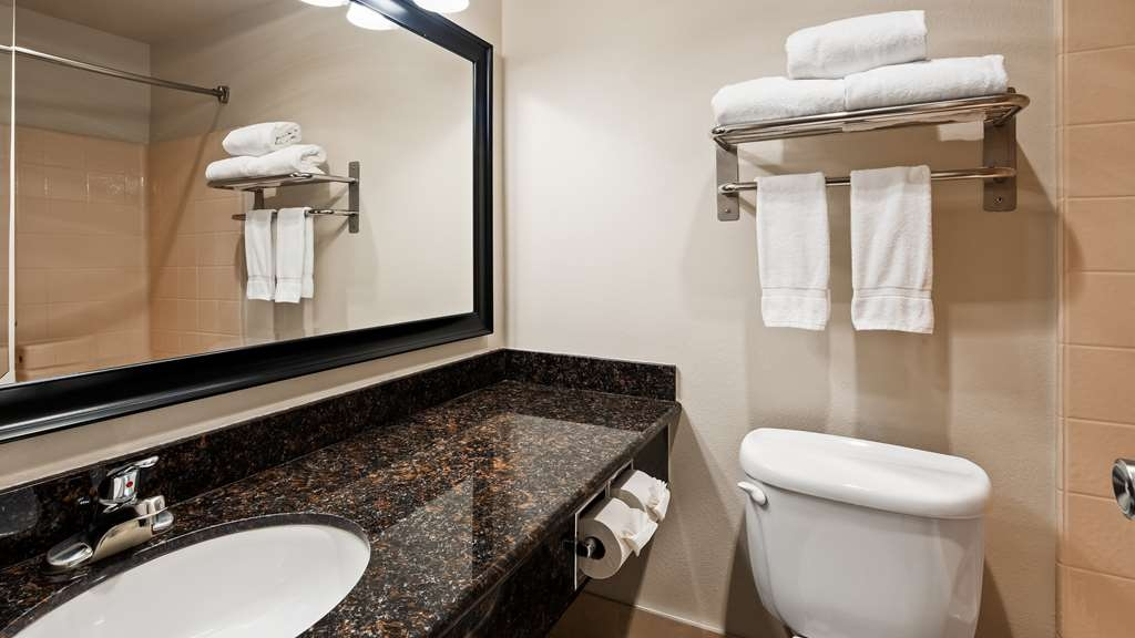 Best Western Alderwood - Our large bathrooms give you the room to prepare for the day with confidence.