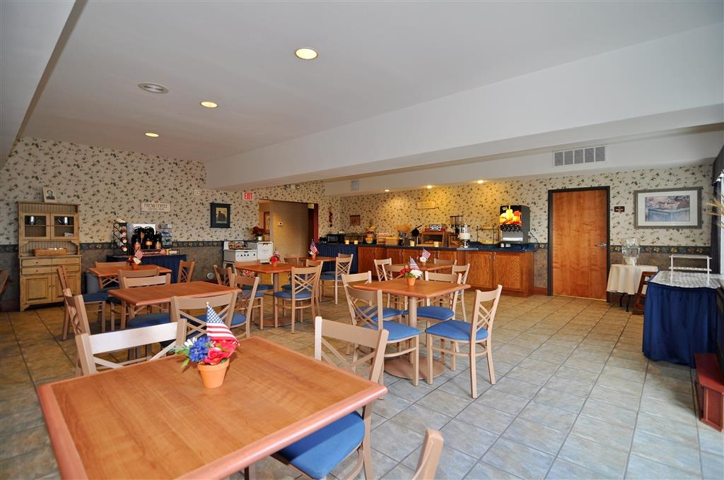 Best Western Bronco Inn - Breakfast Room – We offer biscuits and gravy, make your own waffles, fresh fruit, yogurt, cereal, oatmeal, Danish pastries, muffins, juice and coffee.