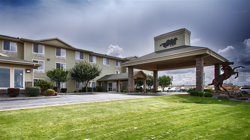 Best Western Bronco Inn - Approach to our Lovely Hotel