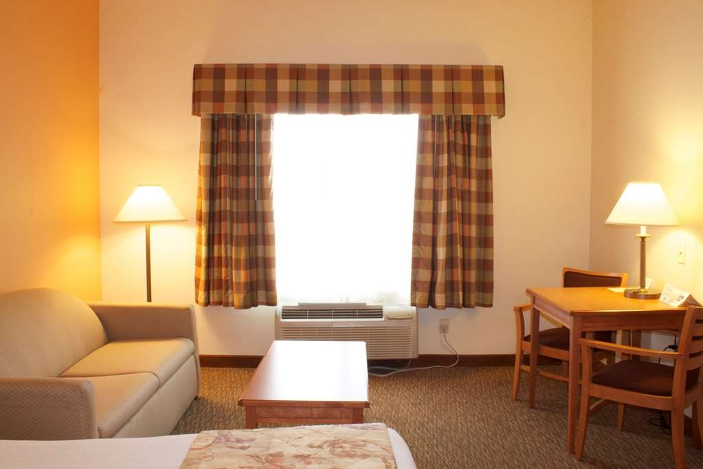Best Western Plus Grapevine Inn - Additional seating area in our double queen guest rooms.