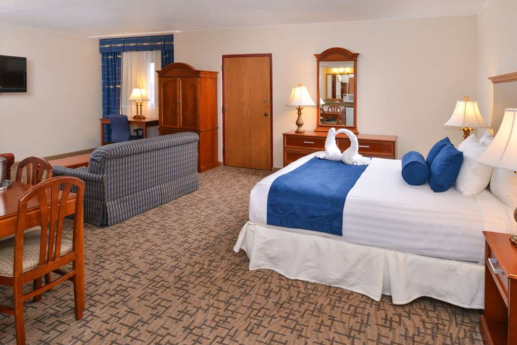 Best Western Plus Tacoma Dome Hotel - If you are looking for a little extra room the corner suite will be perfect.