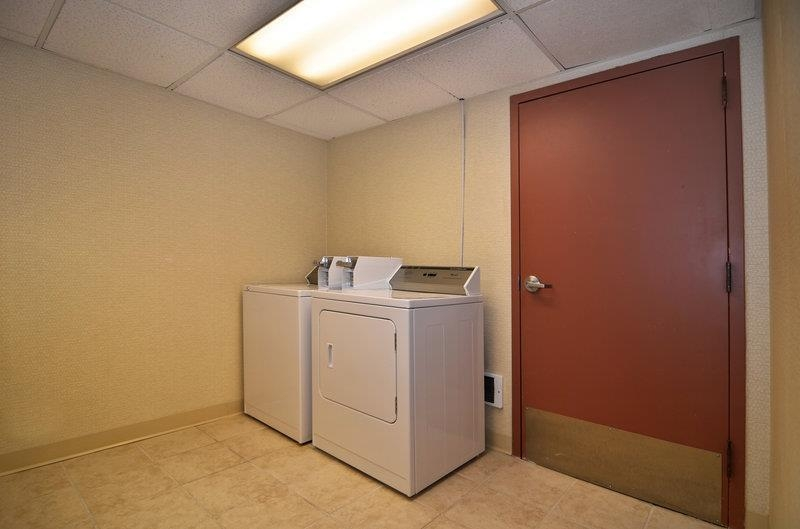 Best Western Plus Tacoma Dome Hotel - Guest laundry services are available.