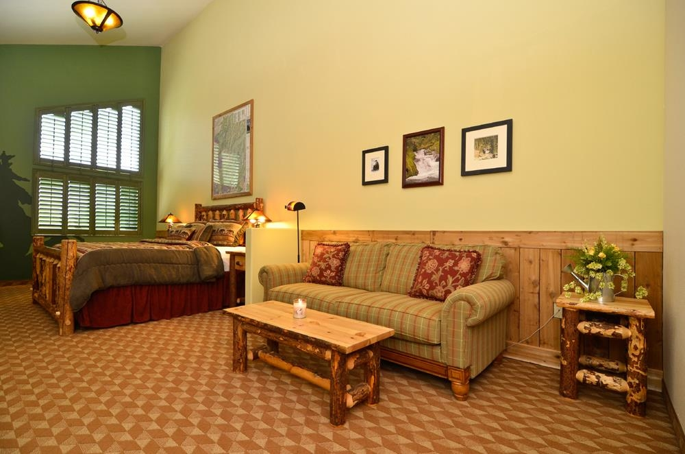 Best Western Plus Battle Ground Inn & Suites - King suite with a log cabin theme.
