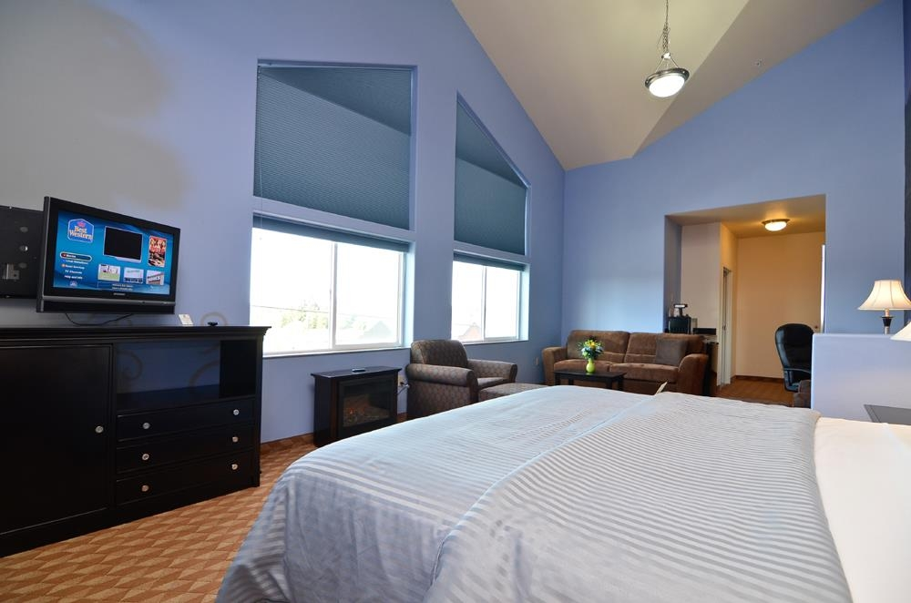 Best Western Plus Battle Ground Inn & Suites - King suite with a Mt. St. Helens theme.