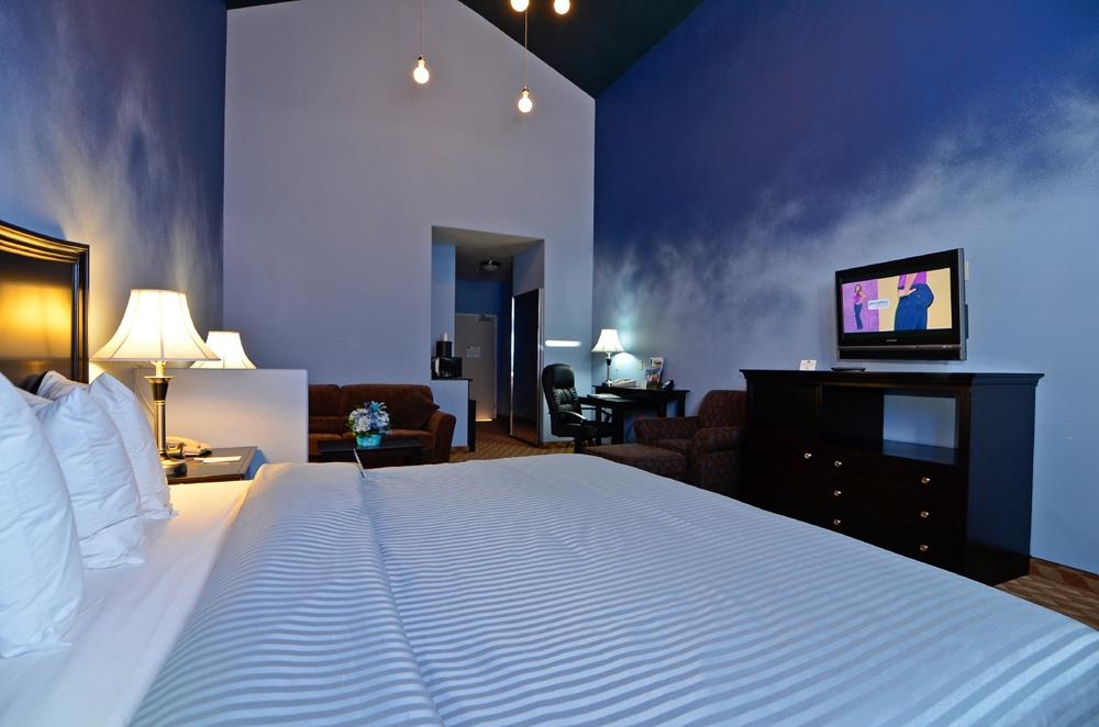 Best Western Plus Battle Ground Inn & Suites - King suite with a night sky theme.