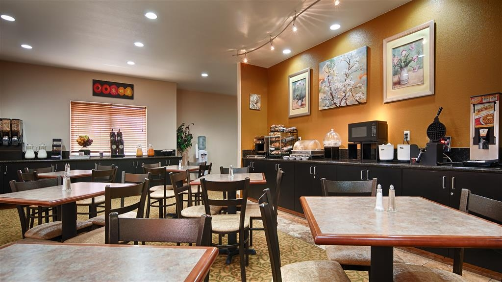 Best Western Plus Battle Ground Inn & Suites - Sit down and enjoy the morning news while sipping a delicious cup of coffee.