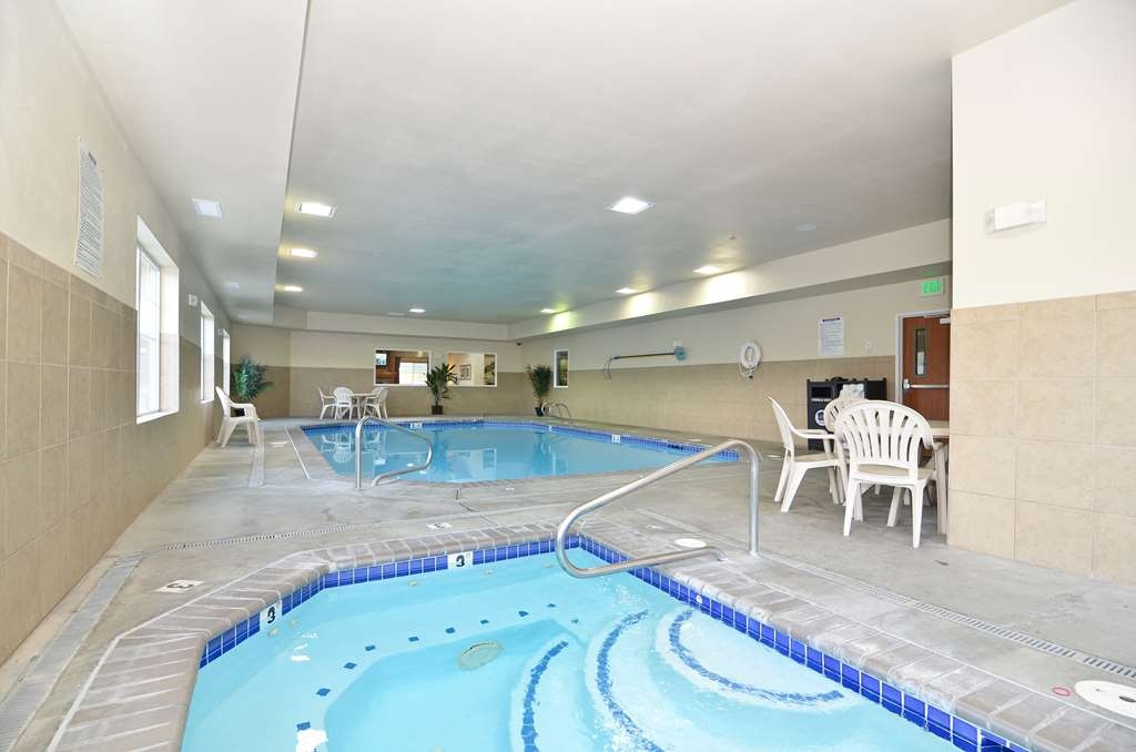 Best Western Plus Peppertree Inn at Omak - Our indoor pool and hot tub are open 24 hours a day.