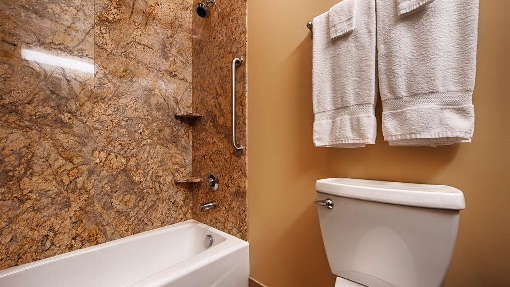 Best Western Plus Lacey Inn & Suites - Guest Bathroom