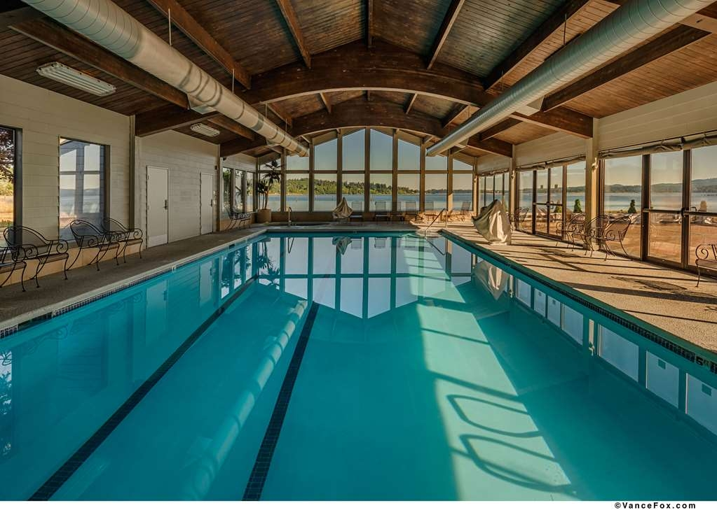 Best Western Plus Silverdale Beach Hotel - Whether you want to relax poolside or take a dip our pool area is the perfect to unwind.