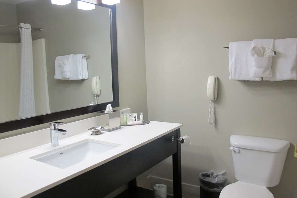 Best Western Plus Aberdeen - Enjoy getting ready for the day in our fully equipped guest bathrooms.