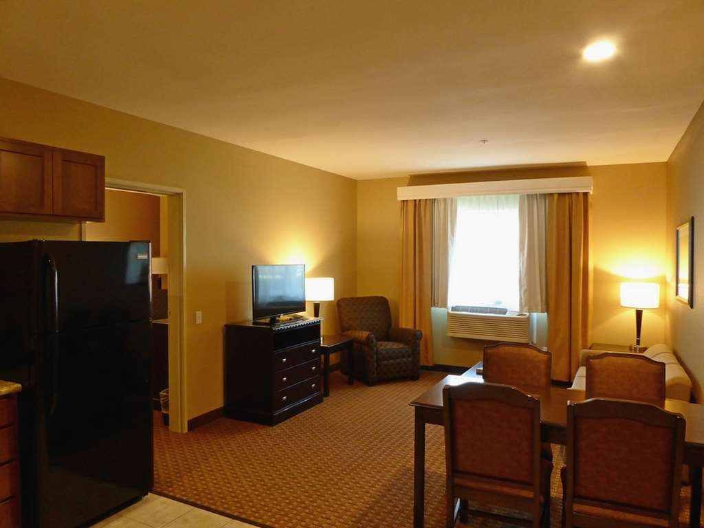 Best Western Plus Vintage Valley Inn - King ADA Mobility Suite Entry Living Area
