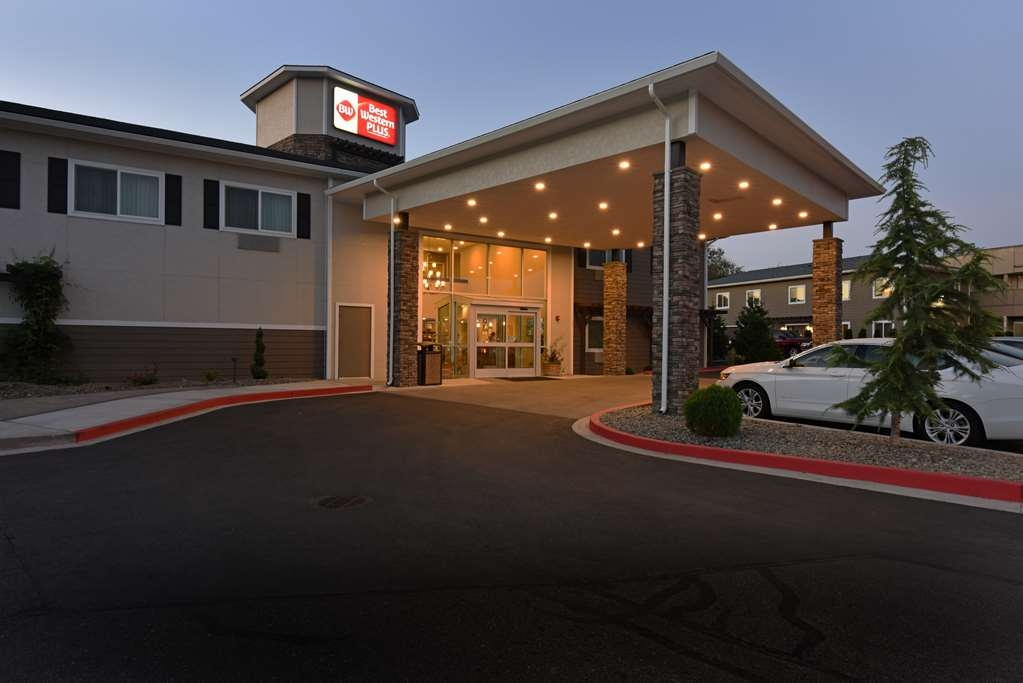 Best Western Plus Vintage Valley Inn - BW Plus Valley Vintage Inn - We'll leave the light on for you