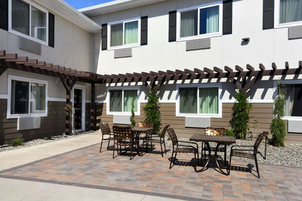 Best Western Plus Vintage Valley Inn - full patio at front of building with seating for 8 with tables and chairs
