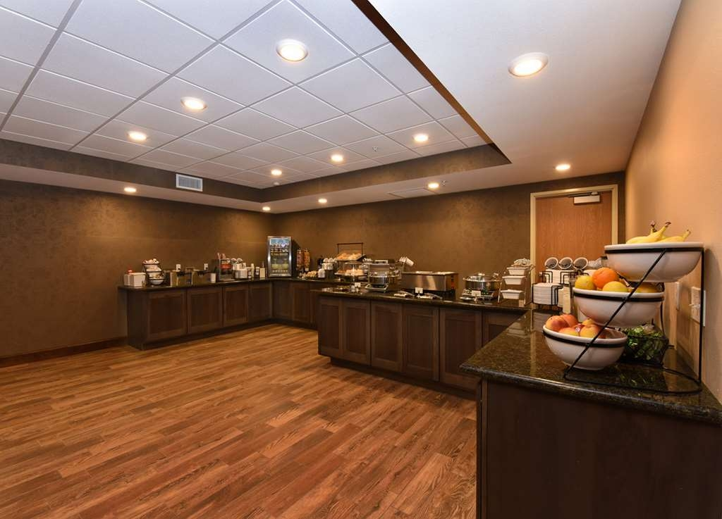 Best Western Plus Vintage Valley Inn - Breakfast dining area with full buffet of breakfast choices.