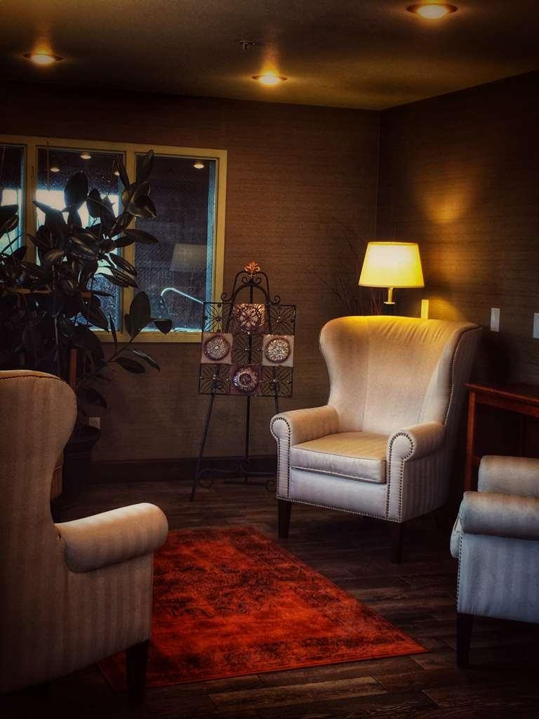 Best Western Plus Vintage Valley Inn - second lobby reading area