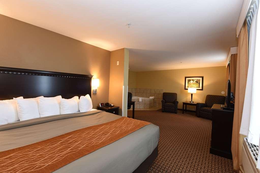 Best Western Plus Vintage Valley Inn - King Spa Suite - View of Bed & Jacuzzi Room 250
