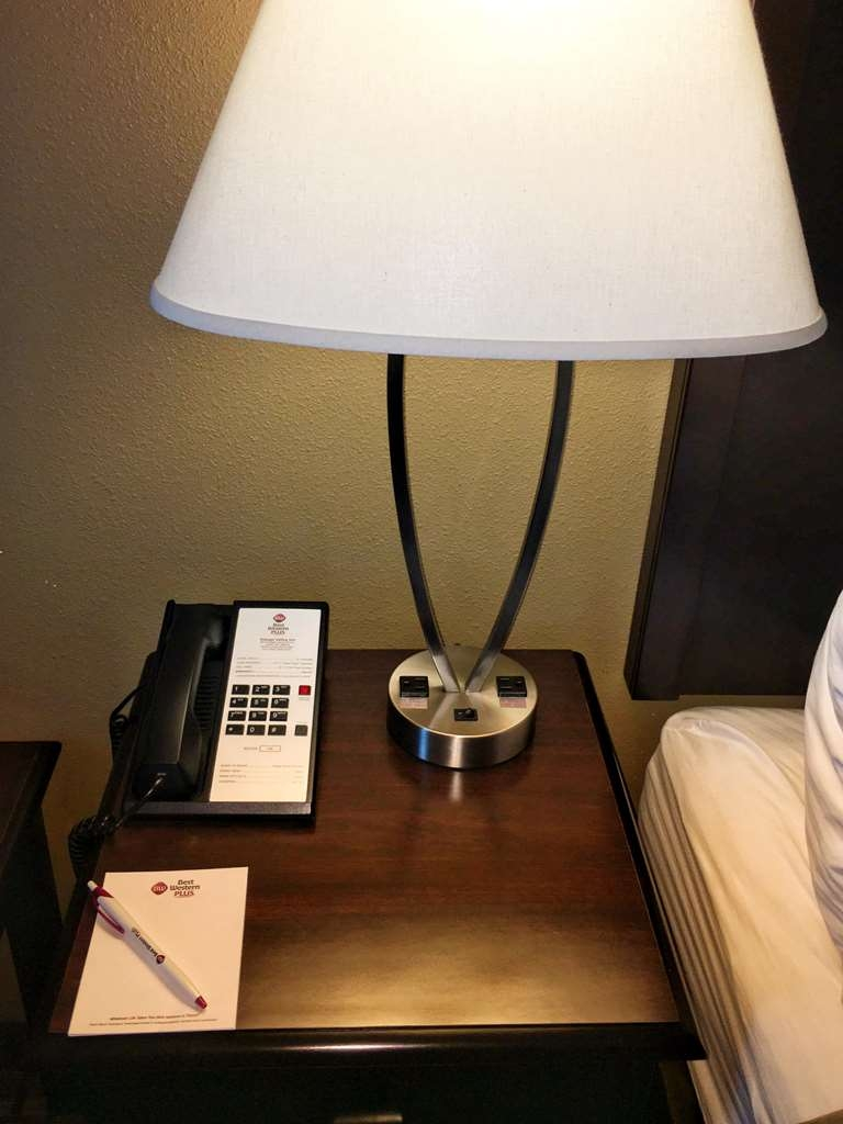 Best Western Plus Vintage Valley Inn - Extra plug in on all table lamps