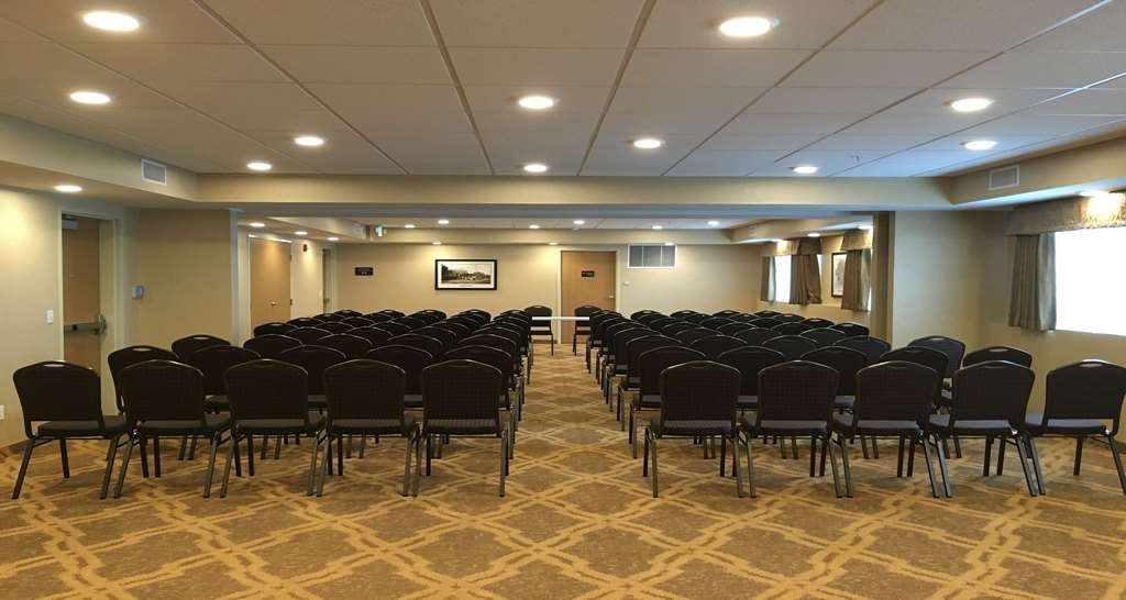 Best Western Plus Vintage Valley Inn - Round Table Set Up in Conference Room