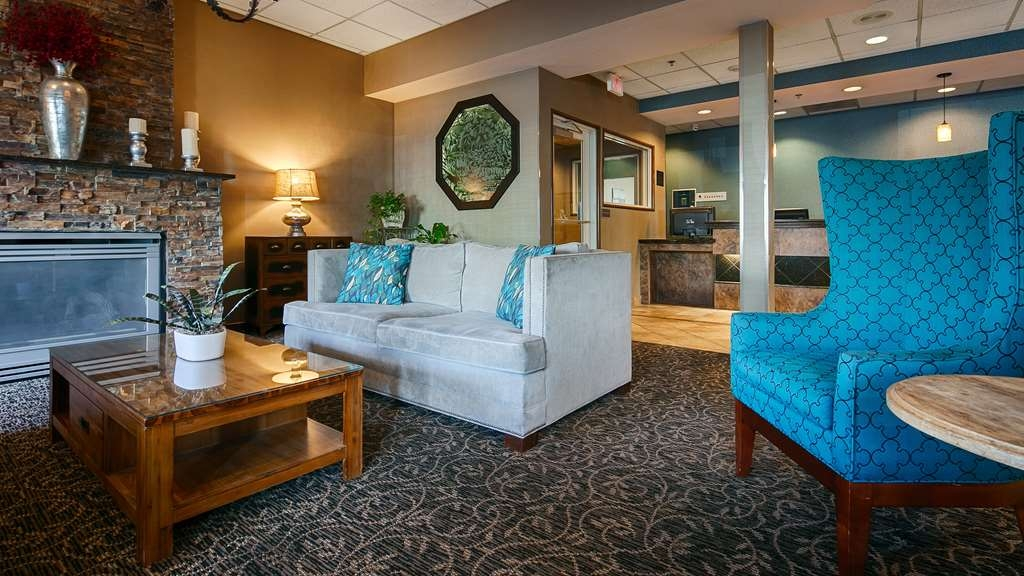 Best Western Plus City Center - Relax by the fire and enjoy a cup of coffee or tea in our spacious lobby.