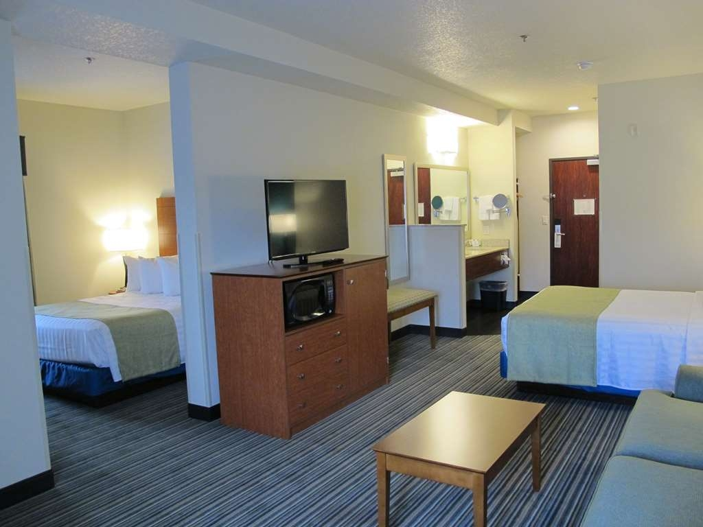 Best Western Liberty Inn DuPont - Spread out in our two queen suite. Perfect for business or families.