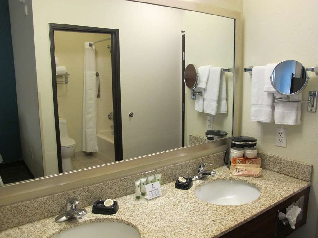 Best Western Liberty Inn DuPont - Spacious vanity area gives you plenty of space to get ready for the day.
