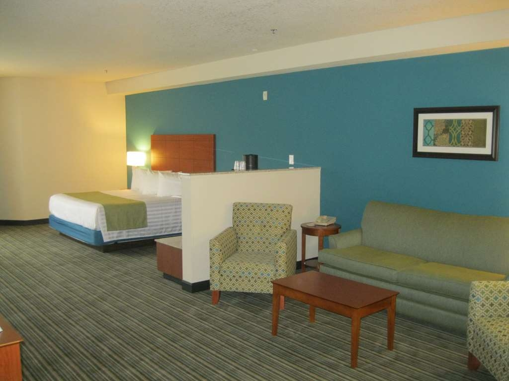 Best Western Liberty Inn DuPont - Our king whirlpool suite features a spacious seating area to relax while staying with us.