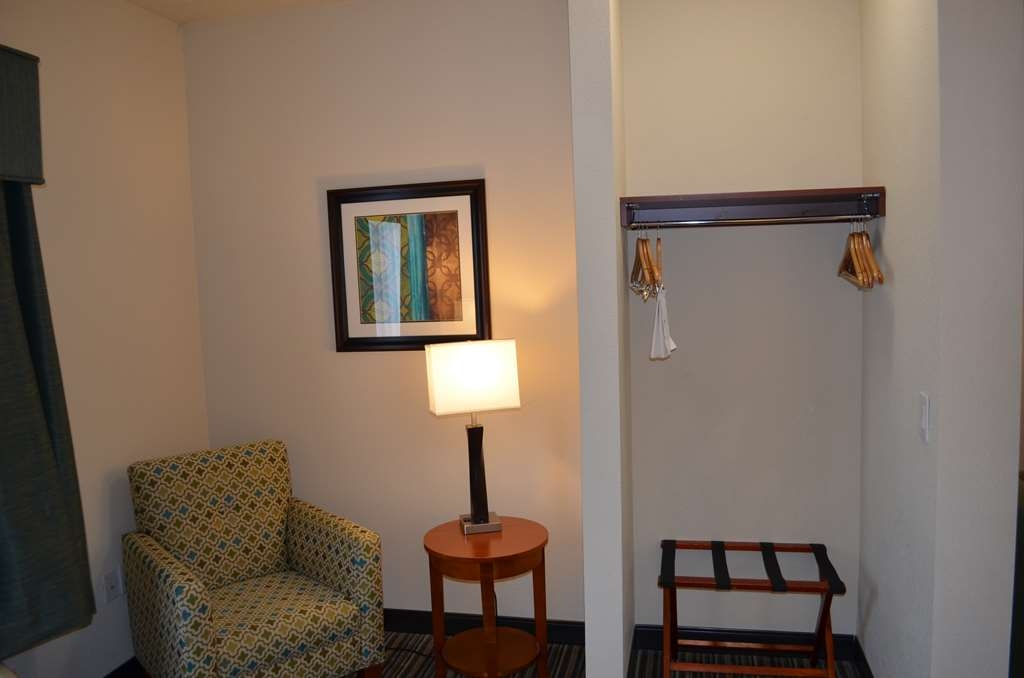 Best Western Liberty Inn DuPont - Our queen suite gives you a second sitting area and closet space. Perfect for reading or getting ready in the morning.