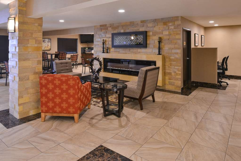 Best Western Woodland Inn - Newly remodeled lobby, is a great place to catch up with family and friends, with 24-hour coffee stand and cookies in the evening.