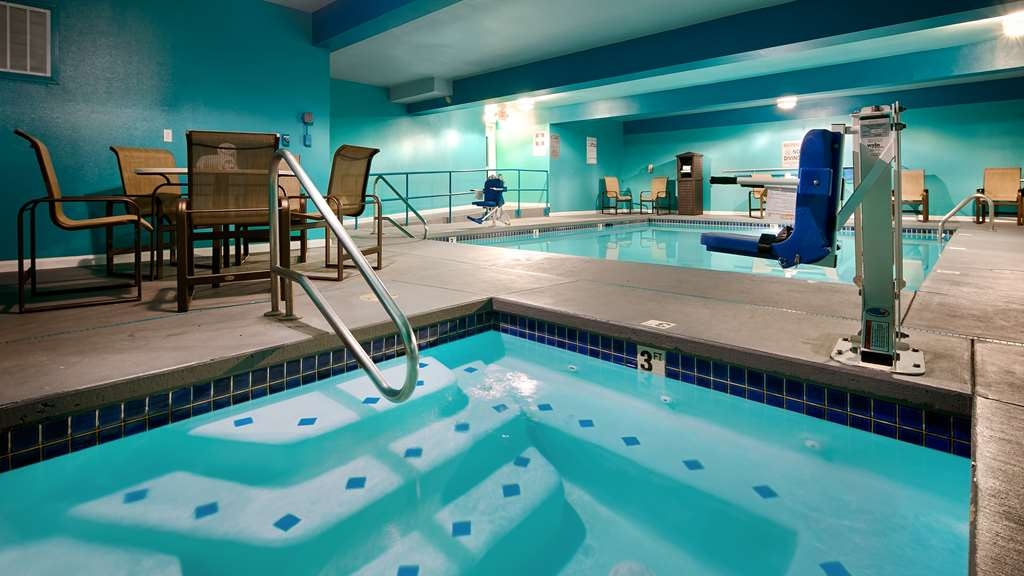 Best Western Woodland Inn - Splash around and have fun with the family in our (indoor/outdoor) pool for endless hours of fun.