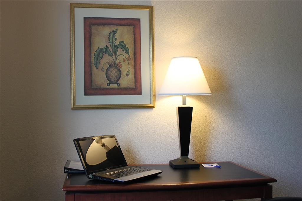 Best Western Huntington Mall Inn - We have plenty of desk space available to complete your business assignments.