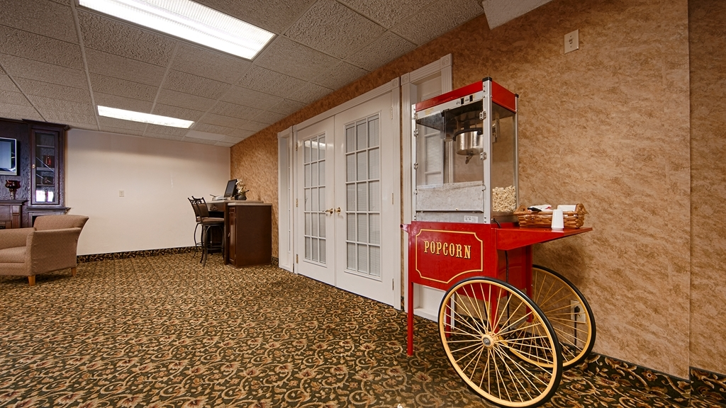 Best Western Huntington Mall Inn - Grab a bag of free popcorn, relax and visit with friend in our spacious lobby.