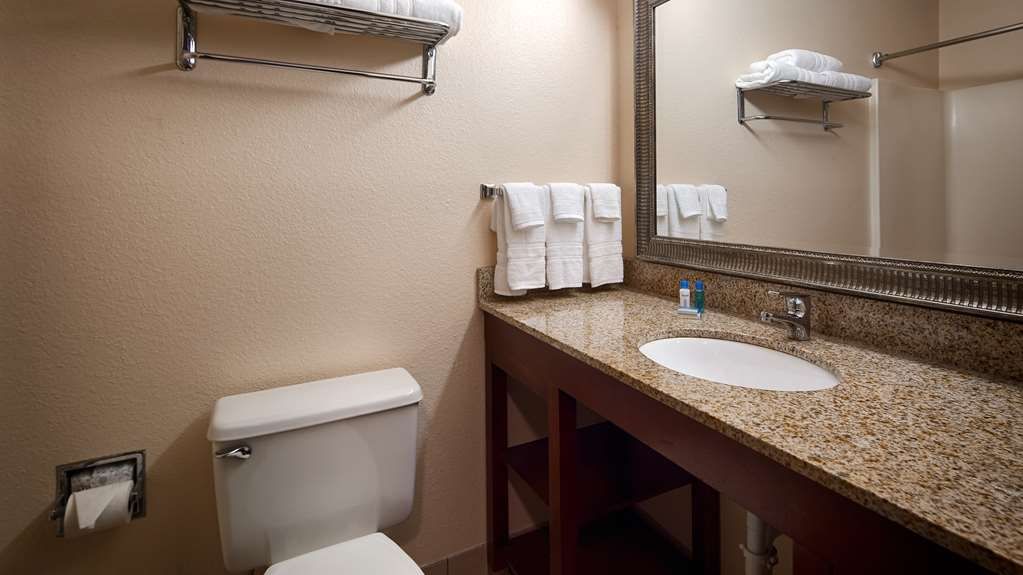 Best Western Huntington Mall Inn - Bathroom