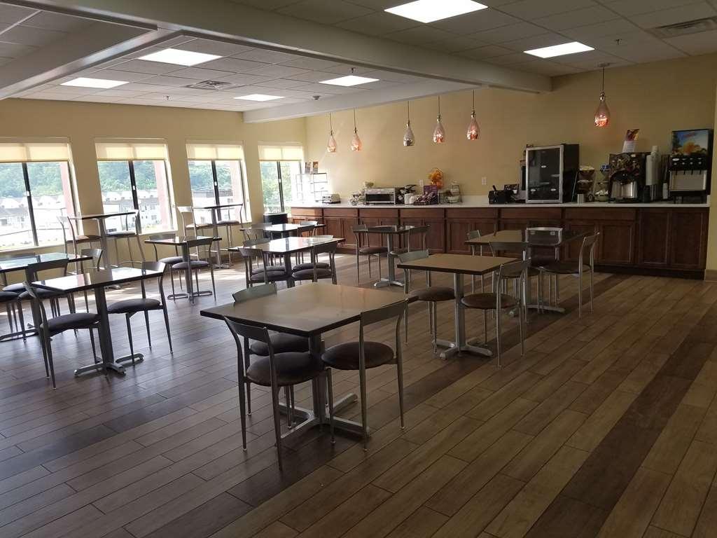 Best Western Mountaineer Inn - Installez-vous et profitez des informations du matin en buvant une délicieuse tasse de café.